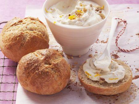 Buttermilchbrötchen mit süßem Quark