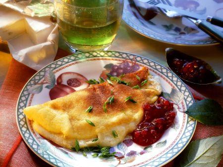 Camembert-Omelett mit Preiselbeeren