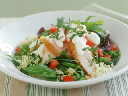 Couscous-Rucola-Salat mit geräuchertem Hähnchenfilet