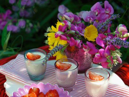Cremedessert mit Erdbeeren