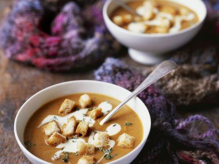 Cremige Butternut-Kürbis-Suppe mit Croutons