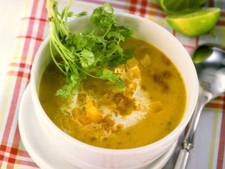 Cremige Paprikasuppe mit Curry und Koriander