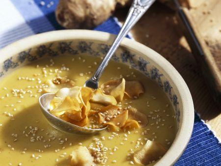 Cremige Topinambursuppe mit Sesam und frittierten Gemüsescheiben