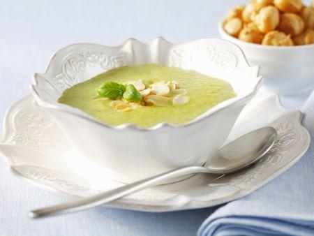 Cremige Zucchinisuppe mit Mandeln