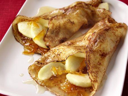 Crêpes mit Äpfeln und Orangenmarmelade
