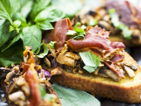 Crostini mit Pilzen und italienischem Schinken