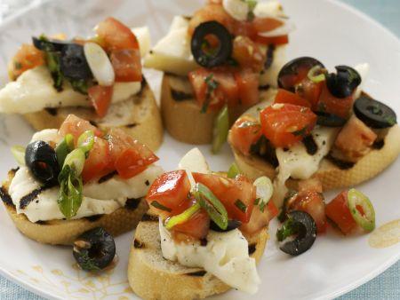 Crostini mit Tomatensalat und Halloumi