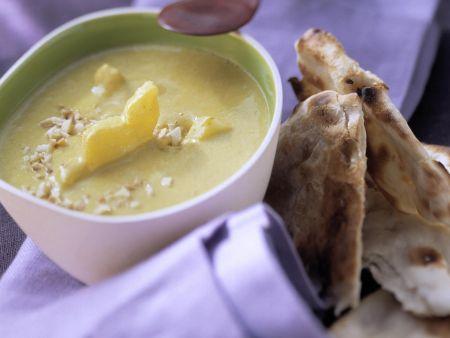 Currysuppe mit Ananas und Fladenbrot aus Indien