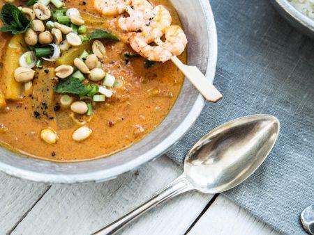 Currysuppe mit Erdnüssen, Gurke und Garnelen