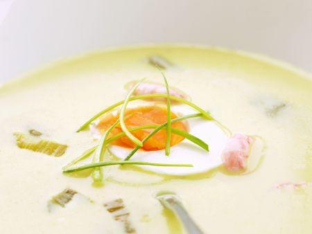 Currysuppe mit Garnelen, Porree und Ei