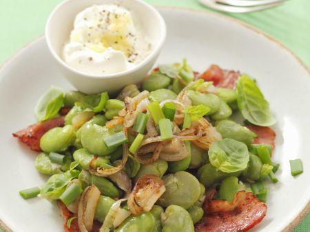 Dicke Bohnen-Salat mit rohem Schinken (Pancetta) und Edelzwiebeln