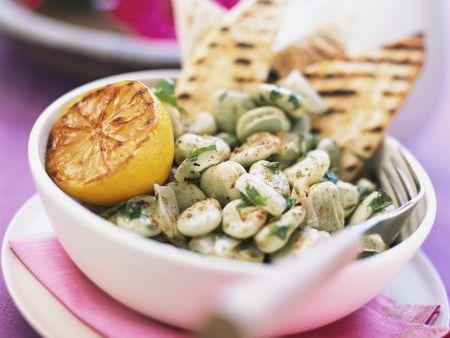 Dicke Bohnensalat mit Zitrone dazu Fladenbrot