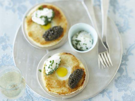 Edel-Brioche mit Wachtelei, Kaviar und Creme frâiche