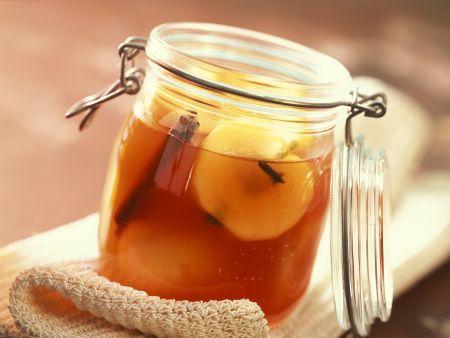 Eingemachte Äpfel in Weinsud