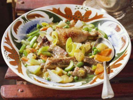 Eintopf mit Gemüse, Schweinefleisch und Hähnchenschlegeln