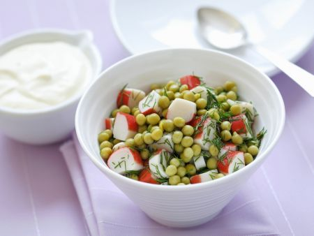 Erbsen-Surimi-Salat mit Dill