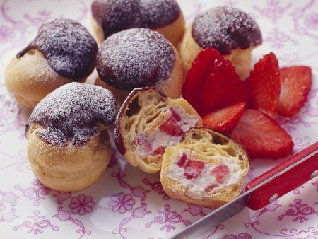 Erdbeer-Profiteroles mit Schokohäubchen