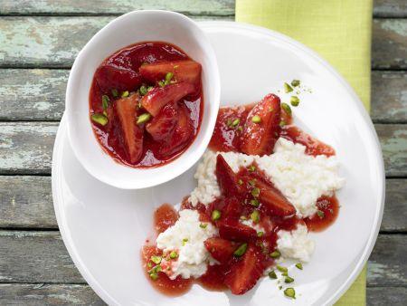 Erdbeer-Ragout auf Milchreis mit gehackten Pistazien