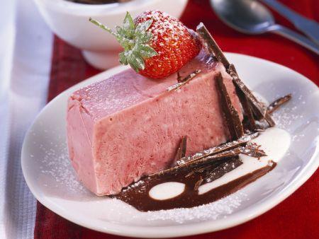 Erdbeerparfait mit Schokoladen-Creme-Soße