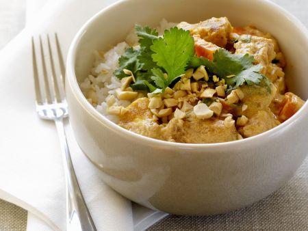 Curry mit Tofu und Erdnüssen dazu Reis