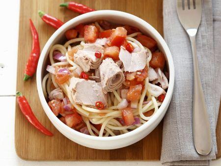 Feurige Pasta mit Thunfisch, Tomaten Und Zwiebeln