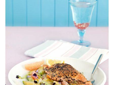 Fisch in Sesam mit Avocado, Sellerie und Grapefruit