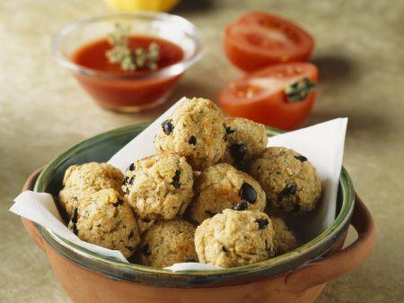 Fischbällchen mit Oliven dazu Tomatensoße