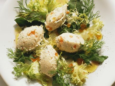 Fischmousse auf Salat