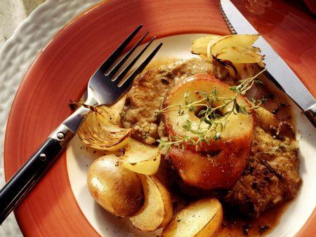 Fleisch in Kräuterpanade mit Äpfeln, Kartoffeln und Zwiebeln