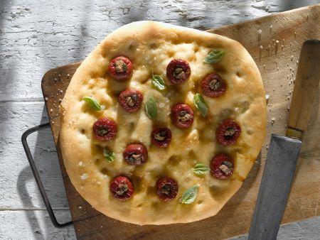 Focaccia mit gefüllten kleinen Tomaten