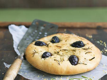 Fladenbrot mit Oliven und Rosmarin (Focaccia)