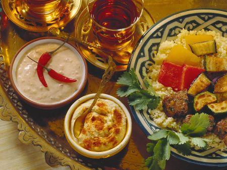 Fondue mit Lamm, Gemüse und Saucen