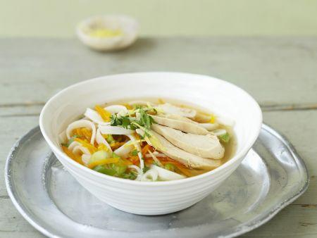Frische Hühnersuppe mit Reisnudeln und Ingwer