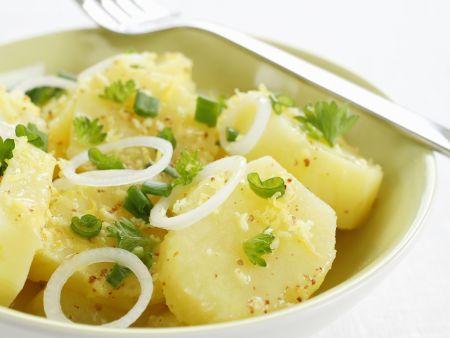 Frischer Kartoffelsalat mit Zwiebeln und Zitrone