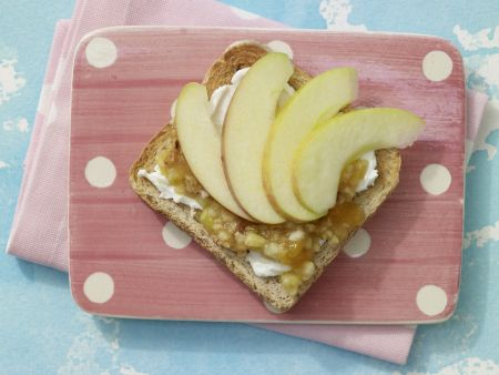 Frischer Obst-Toast mit Quark