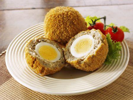 Frittierte Brät-Eier-Bällchen mit Salat