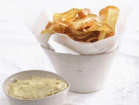 Frittierte Kartoffelscheiben mit Knoblauch-Avocado-Creme