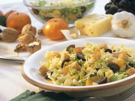Fruchtiger Salat mit Käse und Croutons