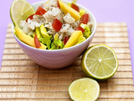 Fruchtiger Salat mit Seelachs