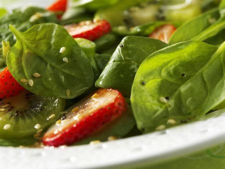 Fruchtiger Spinat-Erdbeer-Salat mit Kiwi