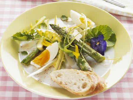Frühlingshafter Salat mit Ei und Spargel