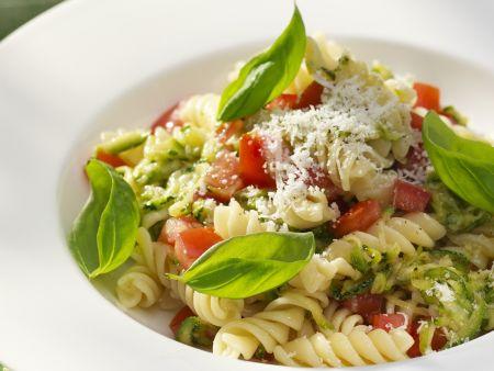 Spirelli mit Zucchini, Tomaten und Pesto