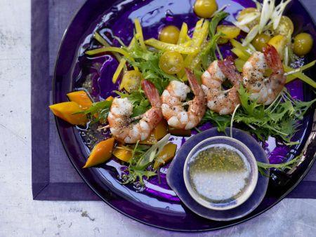 Garnelenspieße auf Salat