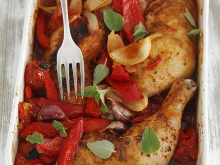 Gebackene Hähnchenkeulen mit Paprika und Tomaten