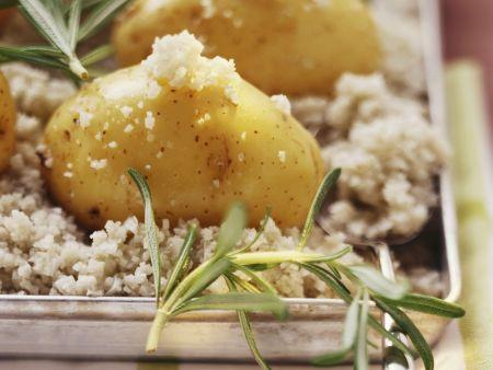 Gebackene Kartoffeln in Meersalz