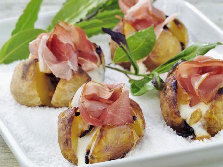 Gebackene Kartoffeln mit Schinken in Salz