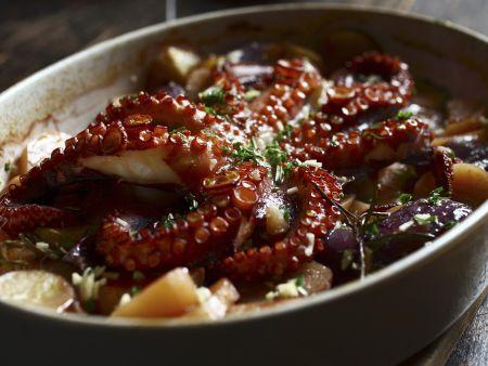 Gebackener Oktopus mit Kartoffeln und Zwiebeln