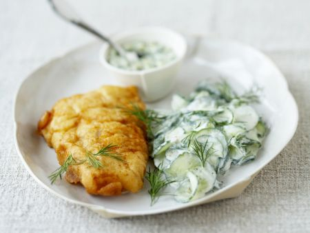 Gebackenes Fischfilet mit Gurken-Joghurt-Salat