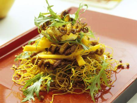 Gebratene Asia-Nudeln mit Tintenfisch und Mango