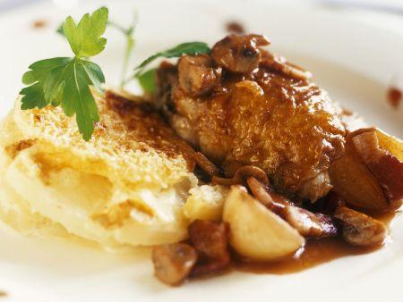 Gebratene Hähnchenbrust mit Champignons mit Kartoffelgratin